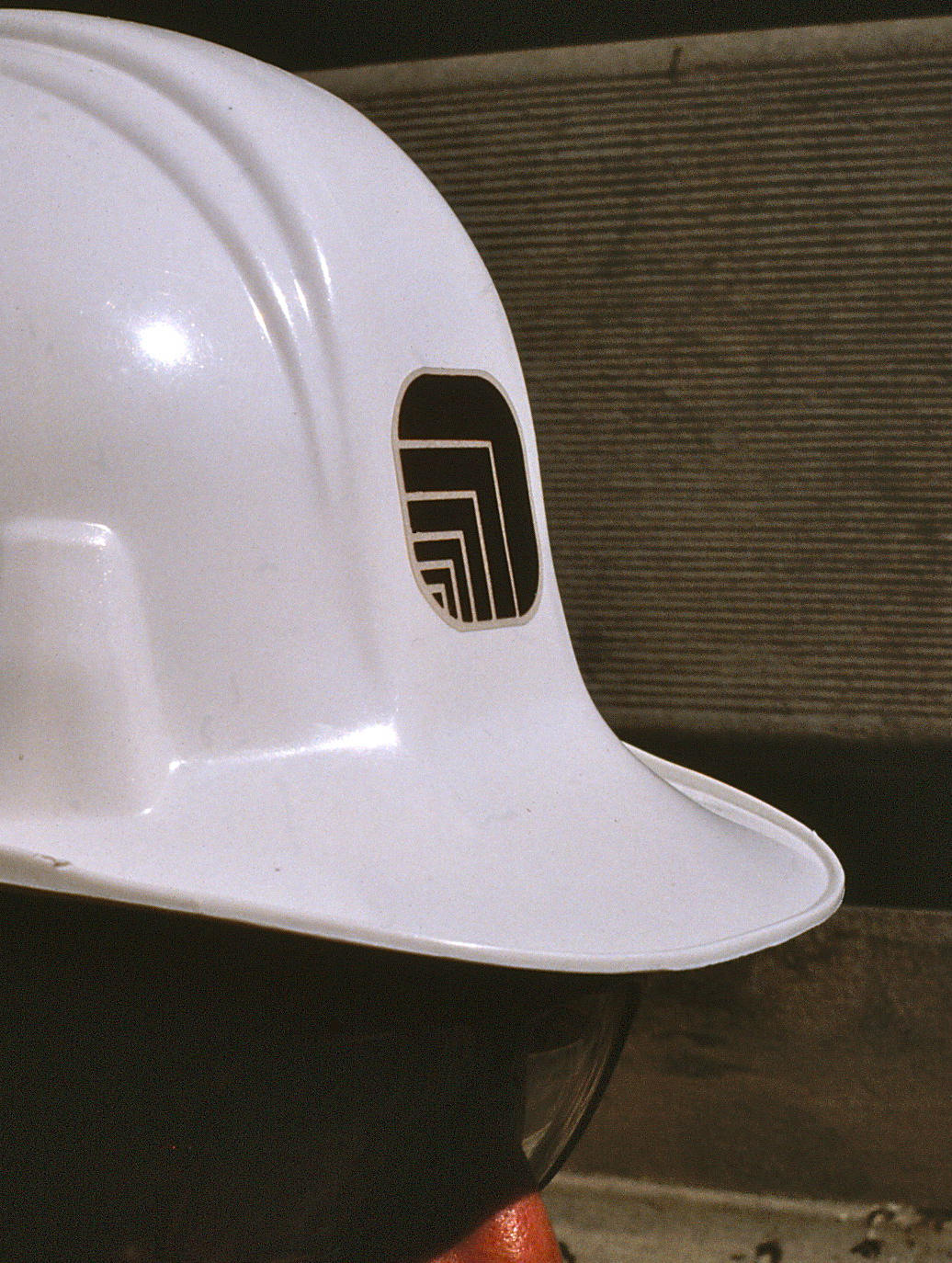 Construction helmet featuring Oxford logo at front.
